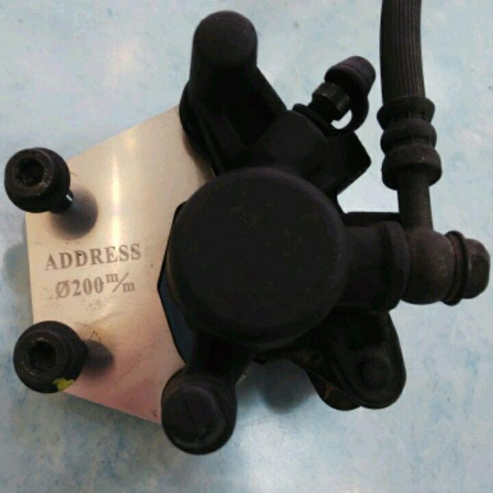 アドレスV125フロントブレーキキャリパー・ホース・200ミリローターサポート・ゴールドパッドのセット