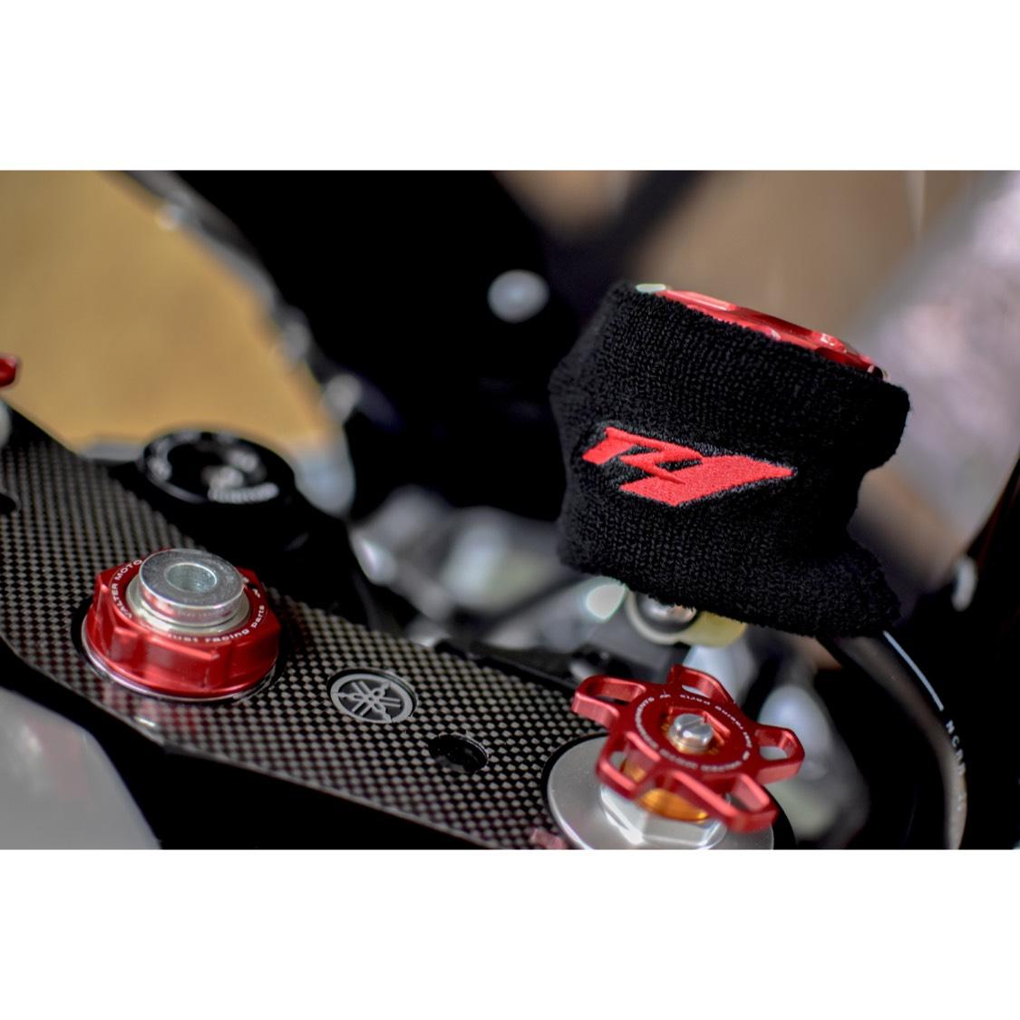 【数量限定】yzf-r1 汎用 ブレーキマスターシリンダーカバー 新品!